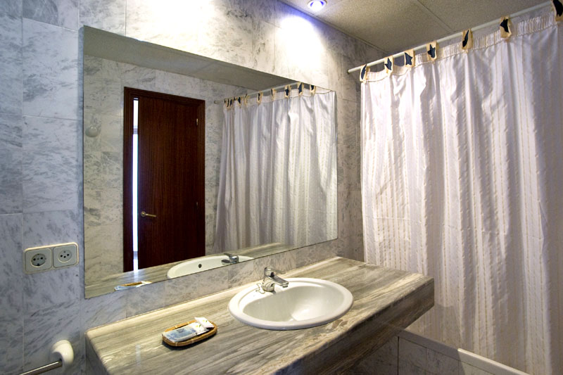Hotel El Moli bathroom