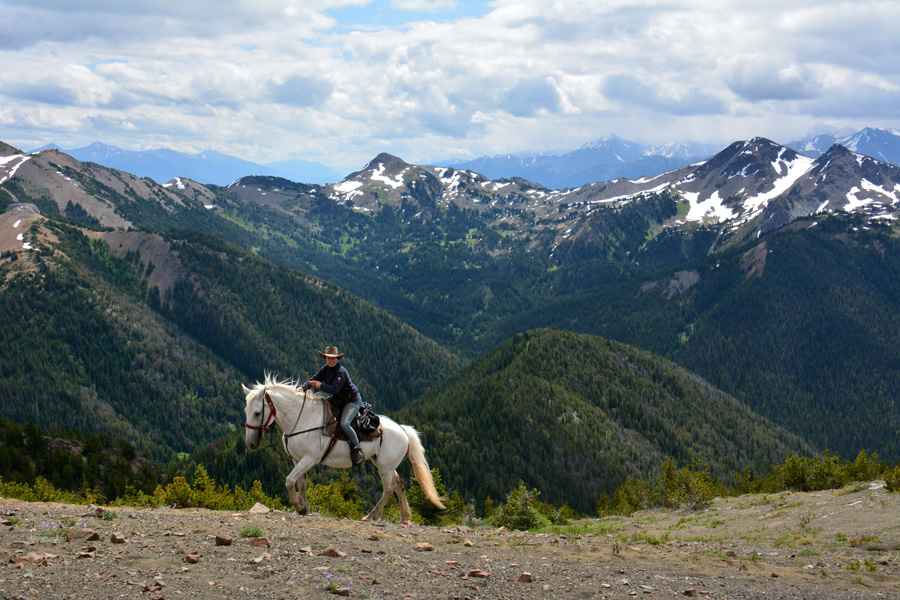 Horseback vacation in Canadian mountains